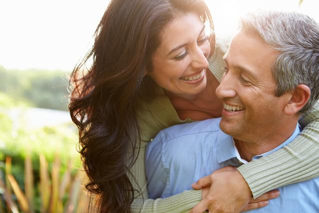 Una pareja que sonríe con dientes blancos