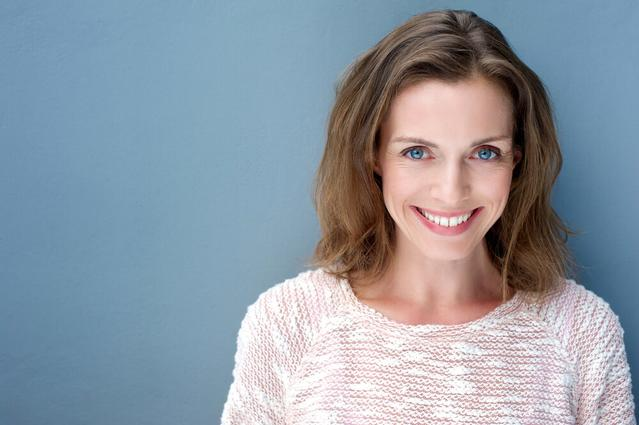 Una mujer con dientes blancos que sonríe